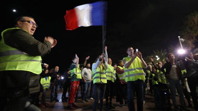 gilets jaunes drapeau