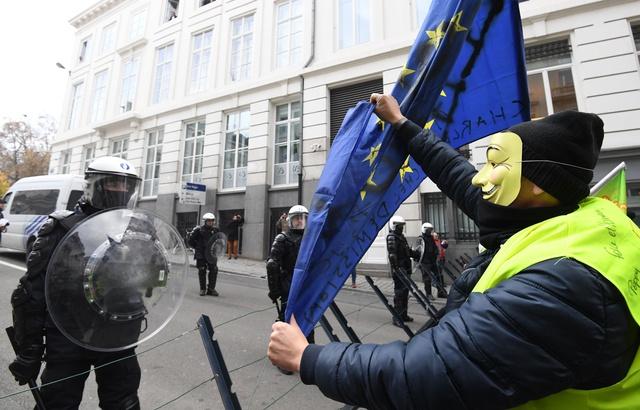 jaune-brandit-drapeau-union-europeenne-lors-manifestation-bruxelles-30-novembre-2018