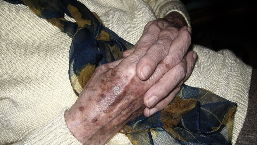 woman_old_age_age_spots_pray_fold_folded_relaxation-1131203-jpgd-845x475